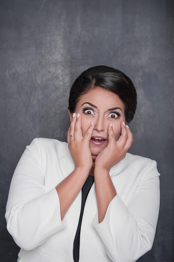 Mulher gritando assustado no fundo do quadro fotos de stock