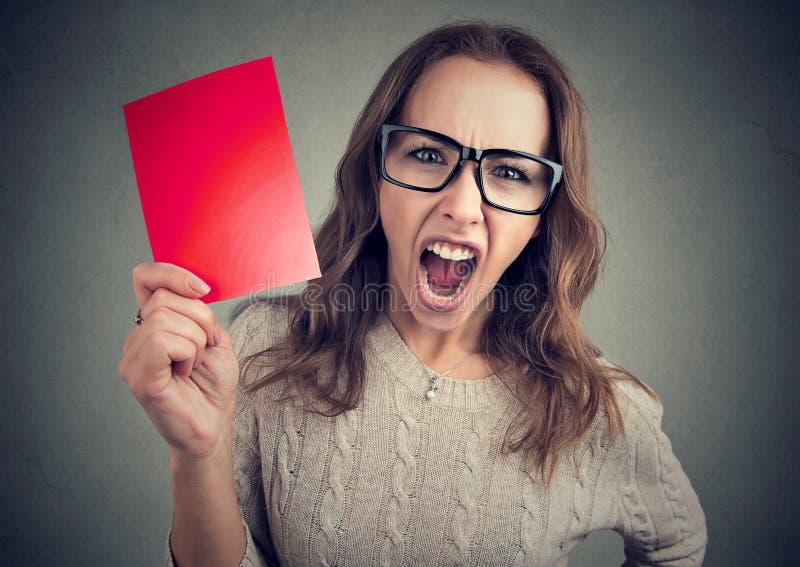 Mulher gritando com cartão vermelho fotografia de stock
