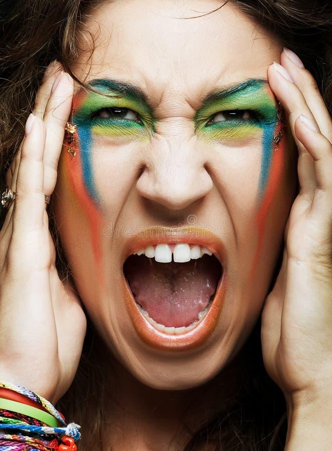 Mulher gritando com composição profissional creativa imagem de stock