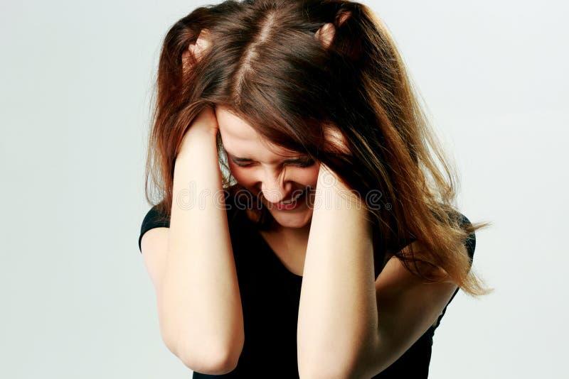Mulher gritando nova frustrante que puxa seu cabelo fotografia de stock royalty free