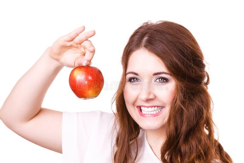 A mulher guarda o fruto da ma?? perto da cara, isolada fotografia de stock