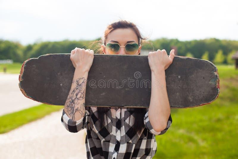 A mulher guarda um patim imagem de stock royalty free