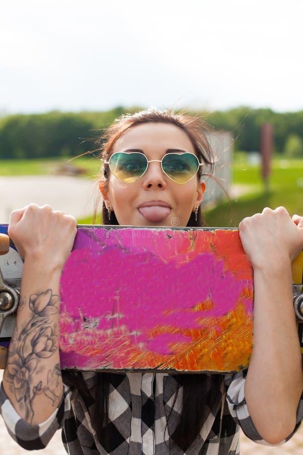 A mulher guarda um patim fotografia de stock royalty free