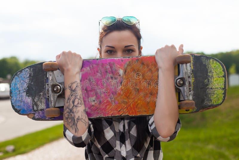 A mulher guarda um patim foto de stock