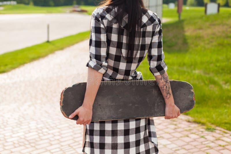 A mulher guarda um patim fotografia de stock