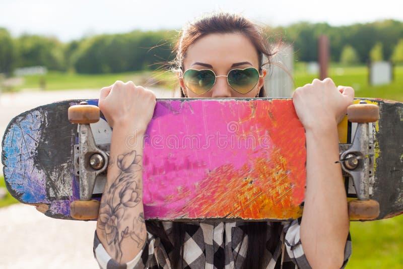 A mulher guarda um patim fotos de stock royalty free