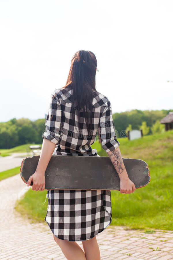 A mulher guarda um patim fotos de stock
