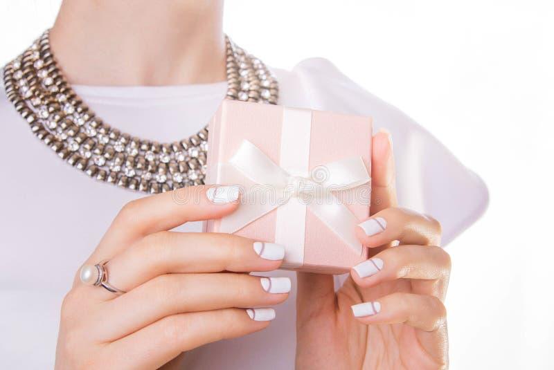 A mulher guarda um presente pequeno imagem de stock royalty free