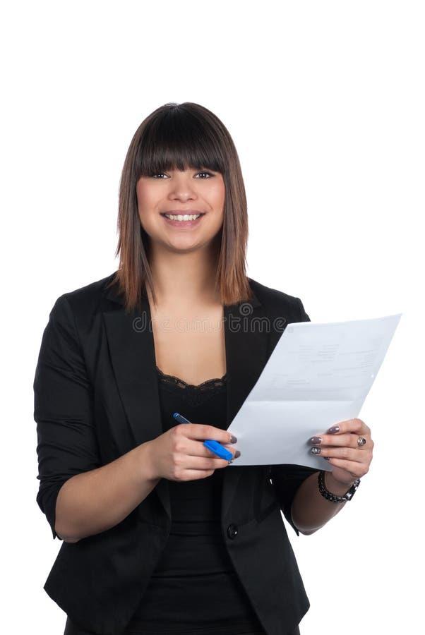 A mulher guarda uma pena e um pedaço de papel foto de stock royalty free