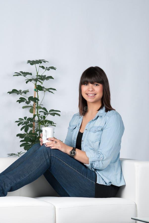 A mulher guarda uma xícara de café fotografia de stock