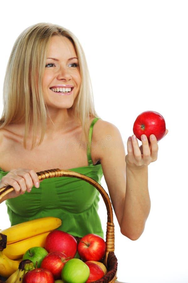 A mulher guardara uma cesta do fruto imagem de stock royalty free