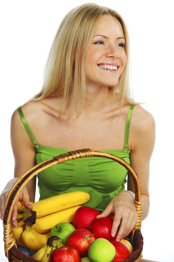 A mulher guardara uma cesta do fruto fotos de stock