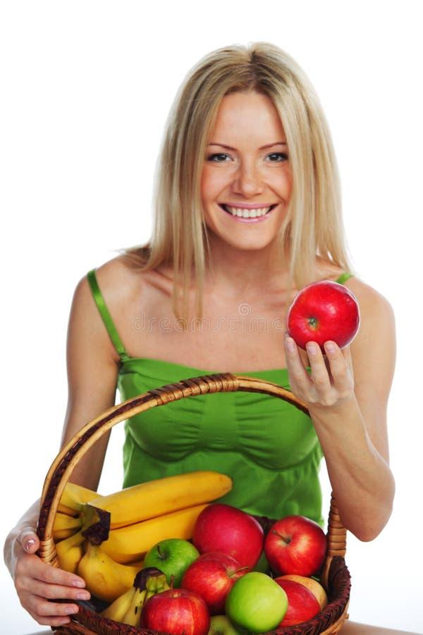 A mulher guardara uma cesta do fruto fotografia de stock royalty free