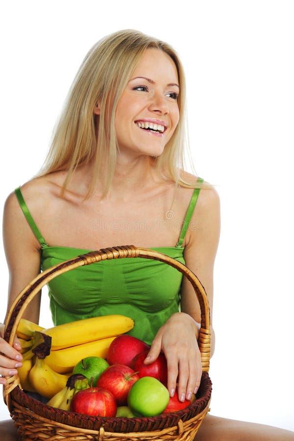 A mulher guardara uma cesta do fruto imagens de stock