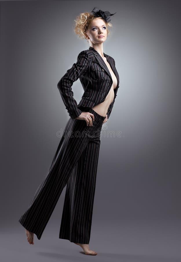 Mulher half-naked da beleza que levanta no traje preto imagem de stock