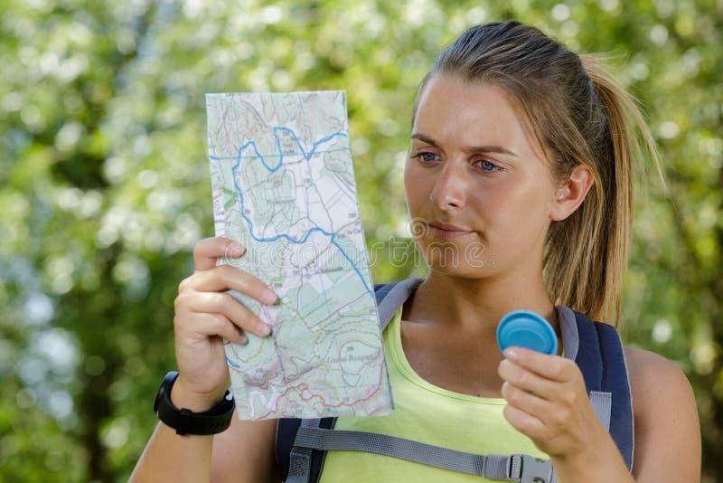 Mulher hiker de pé com mapa fotografia de stock