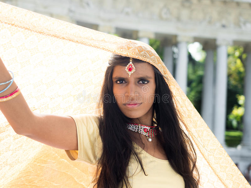 Mulher hindu tradicional bonita e nova foto de stock royalty free