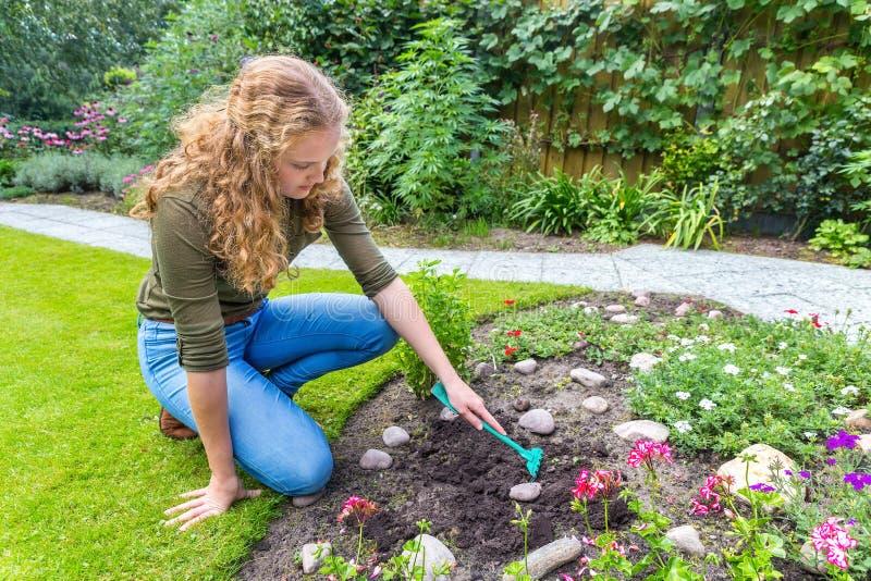 Mulher holandesa nova que ajunta no jardim fotografia de stock royalty free