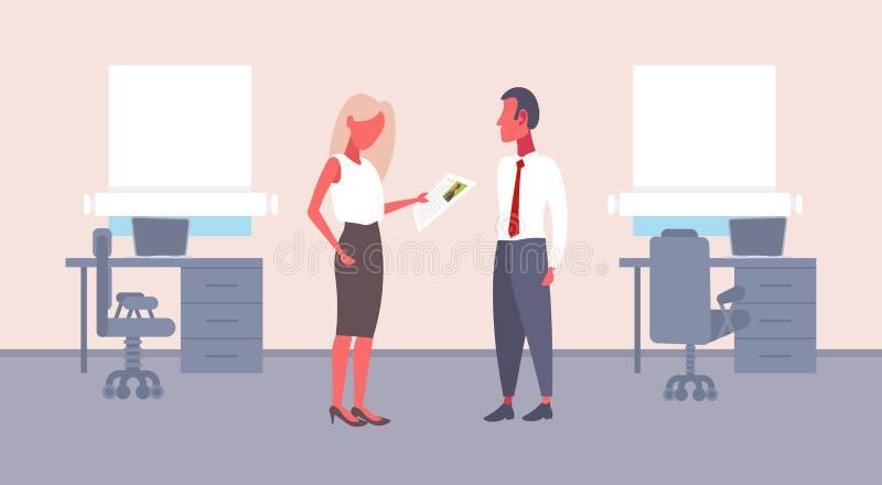 Mulher hora que mantém o formulário do cv que faz a pergunta ao empregador masculino do recruta da mulher de negócios do candidat ilustração royalty free