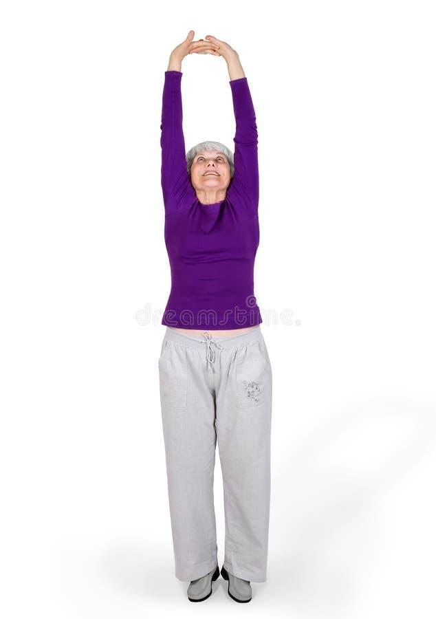A mulher idosa bonita encantador feliz que faz exercícios ao dar certo o jogo ostenta imagens de stock royalty free