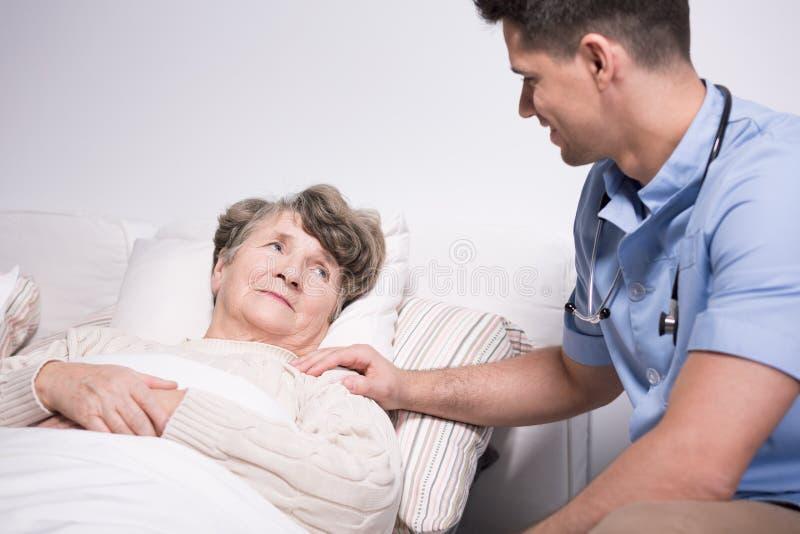 Mulher idosa com aflições da saúde imagem de stock
