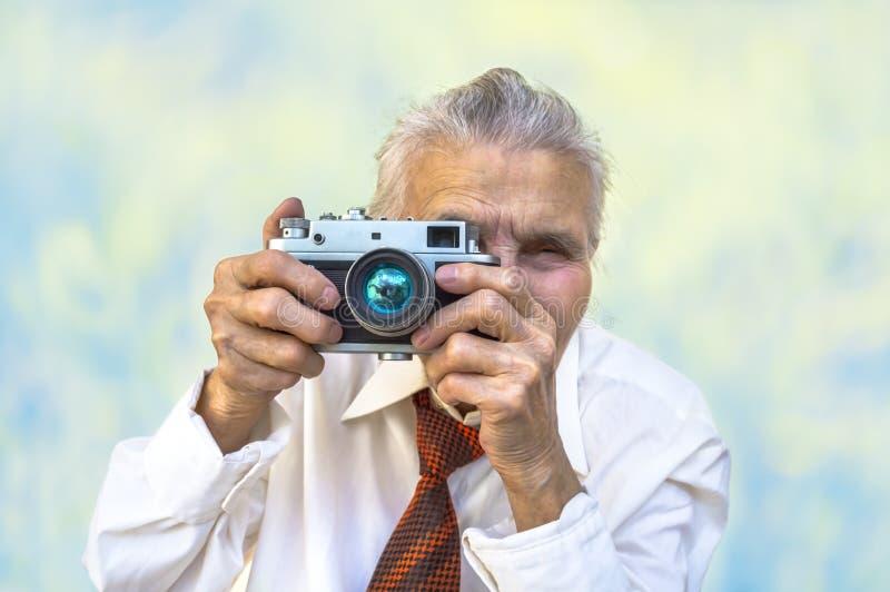 Mulher idosa com câmera fotografia de stock