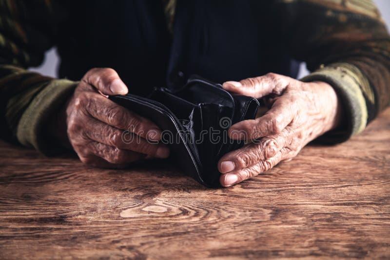 Mulher idosa com carteira vazia fotografia de stock