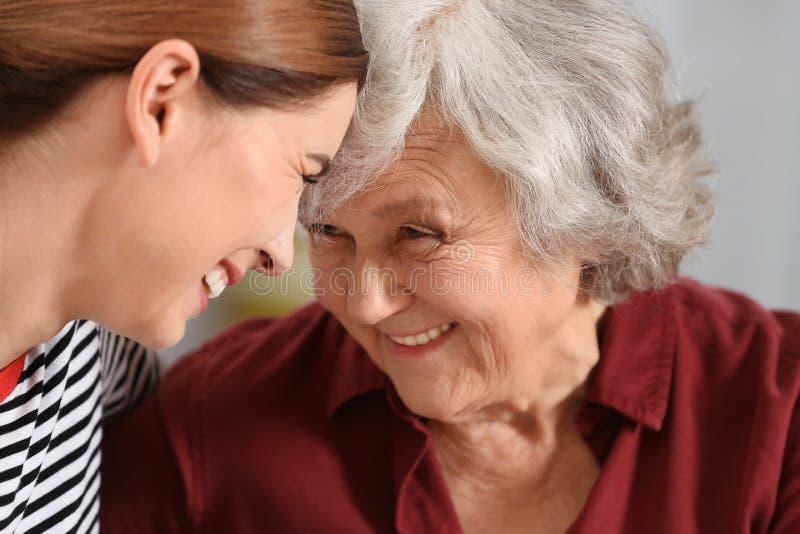 Mulher idosa com cuidador fêmea fotos de stock royalty free