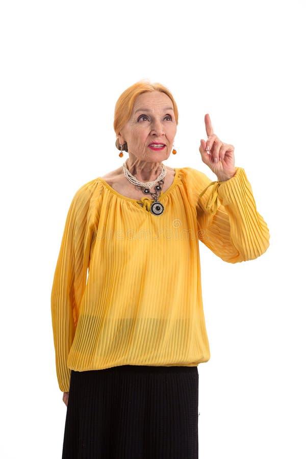 Mulher idosa com dedo aumentado fotografia de stock