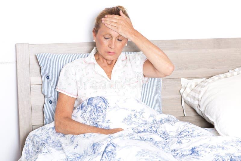 Mulher idosa com dor de cabeça fotos de stock
