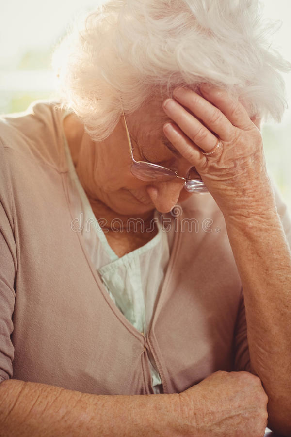 Mulher idosa com dor de cabeça imagens de stock royalty free