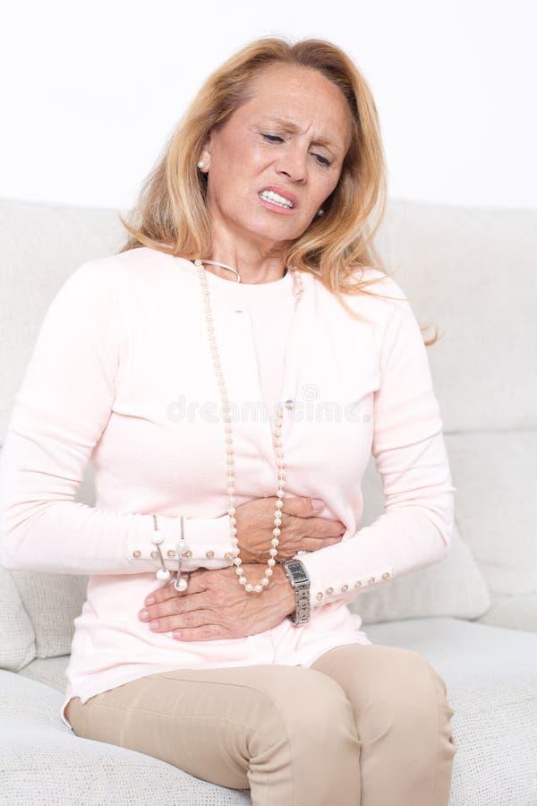 Mulher idosa com dor de estômago imagens de stock royalty free