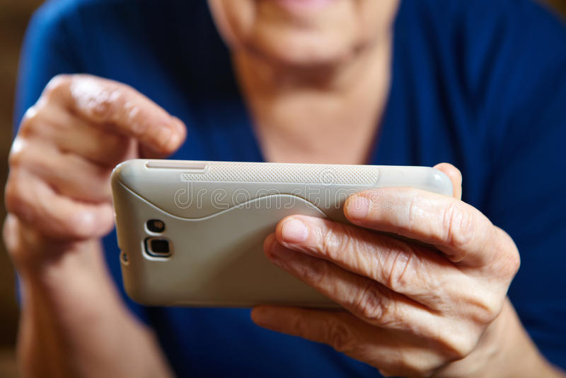 Mulher idosa com tablet pc imagem de stock