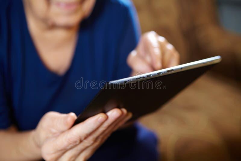 Mulher idosa com tablet pc imagens de stock royalty free
