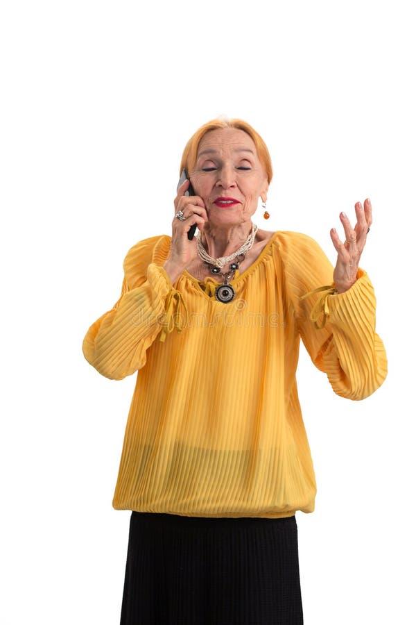 Mulher idosa com telefone celular fotografia de stock