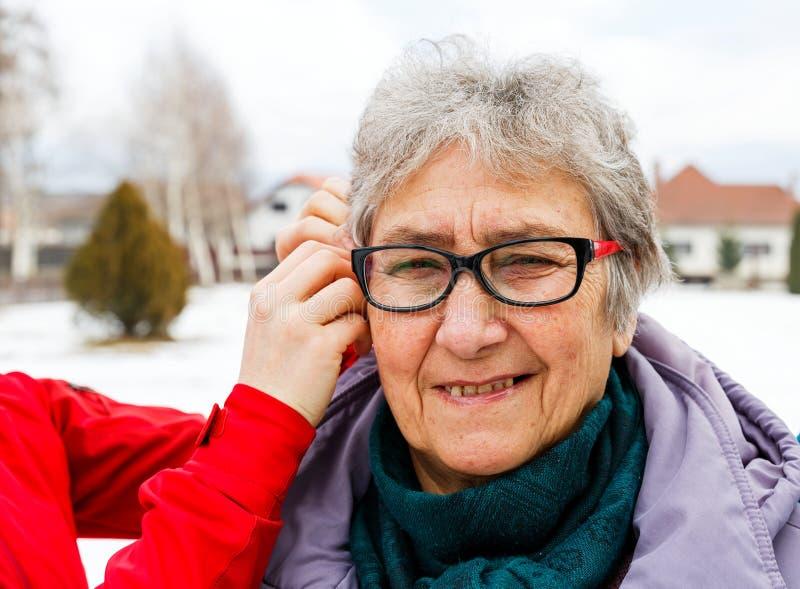 Mulher idosa de sorriso fotos de stock royalty free