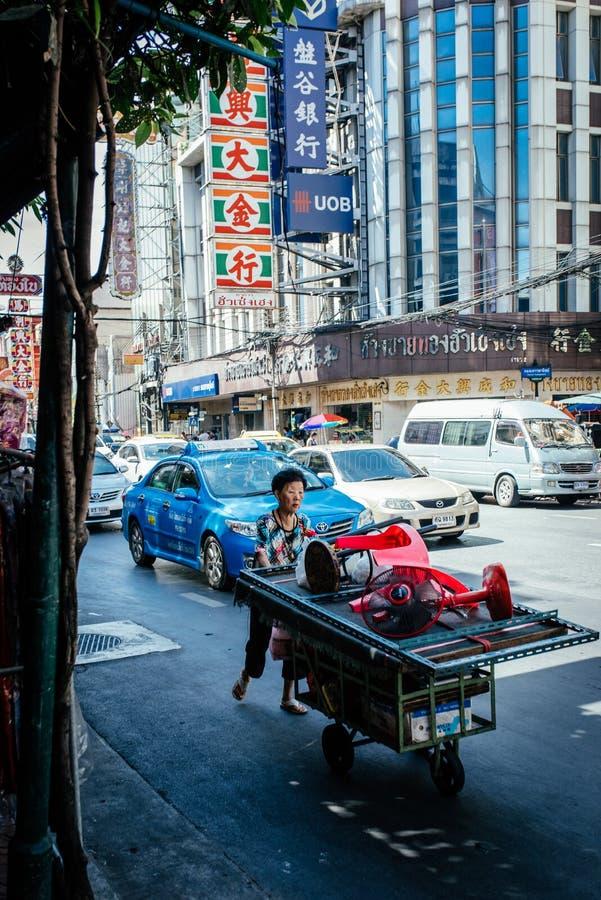 Mulher idosa de Tailândia que leva um veículo fotos de stock