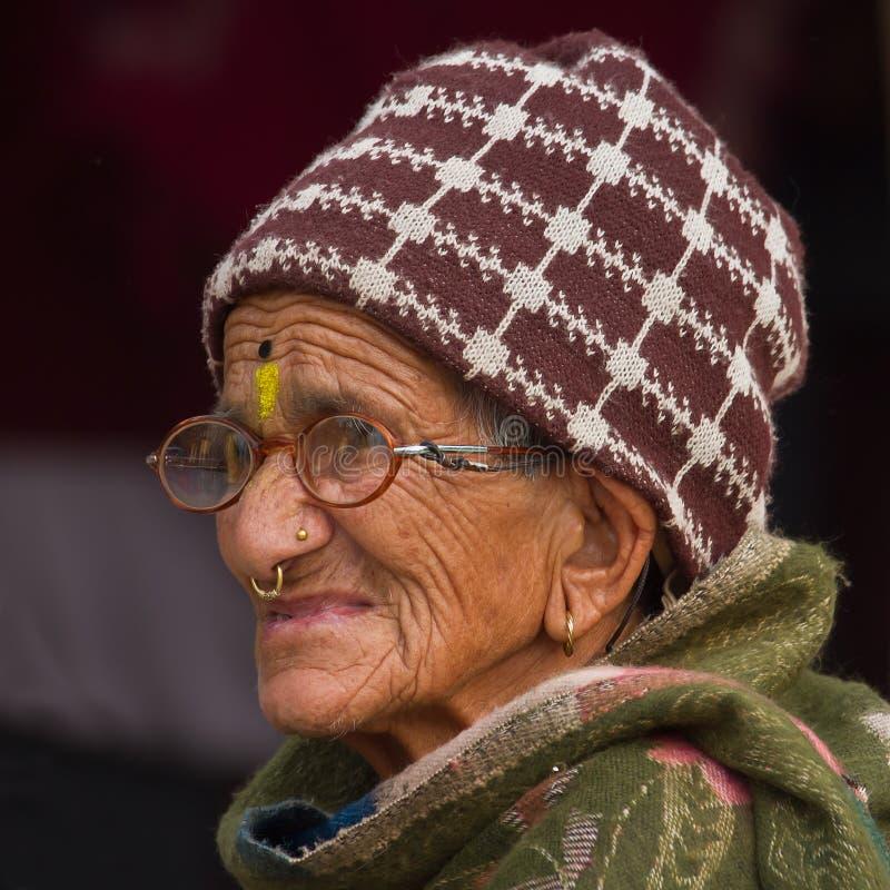 Mulher idosa do brahman do Nepali, Nepal foto de stock