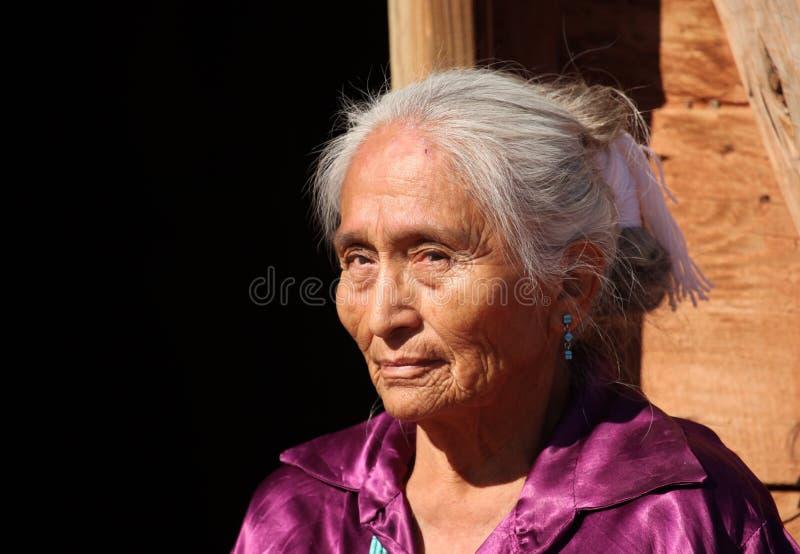Mulher idosa do Navajo bonito ao ar livre em brilhante imagens de stock