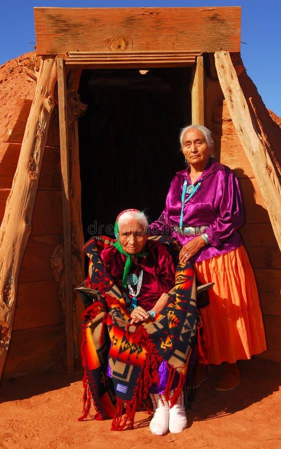 Mulher idosa do Navajo com sua filha fotos de stock