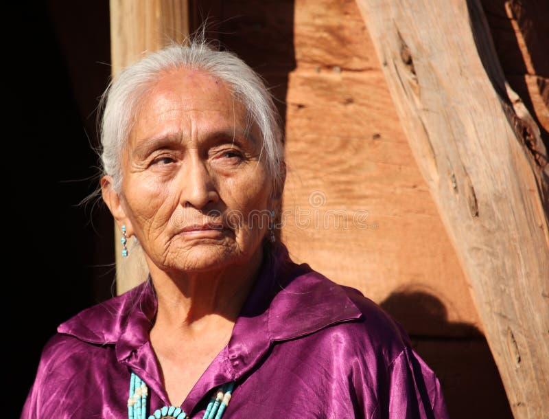Mulher idosa do Navajo dos anos de idade 77 bonitos fotografia de stock royalty free