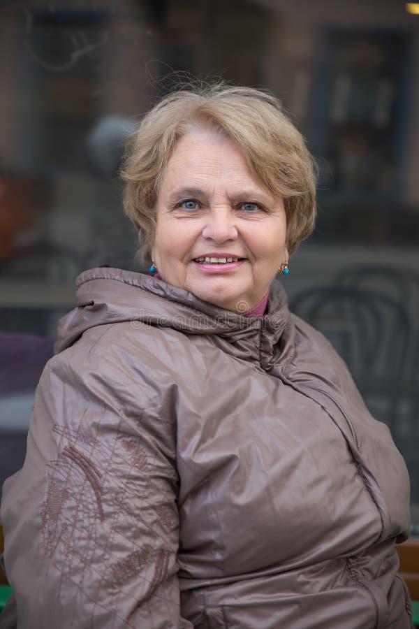 Mulher idosa do pensionista que anda fora fotografia de stock royalty free