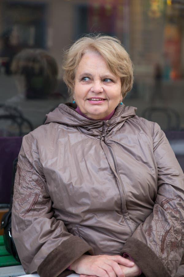 Mulher idosa do pensionista que veste um revestimento fora fotografia de stock royalty free
