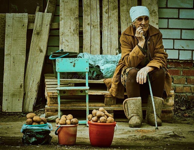 Mulher idosa do russo que vende a região de Kaluga das batatas imagens de stock royalty free