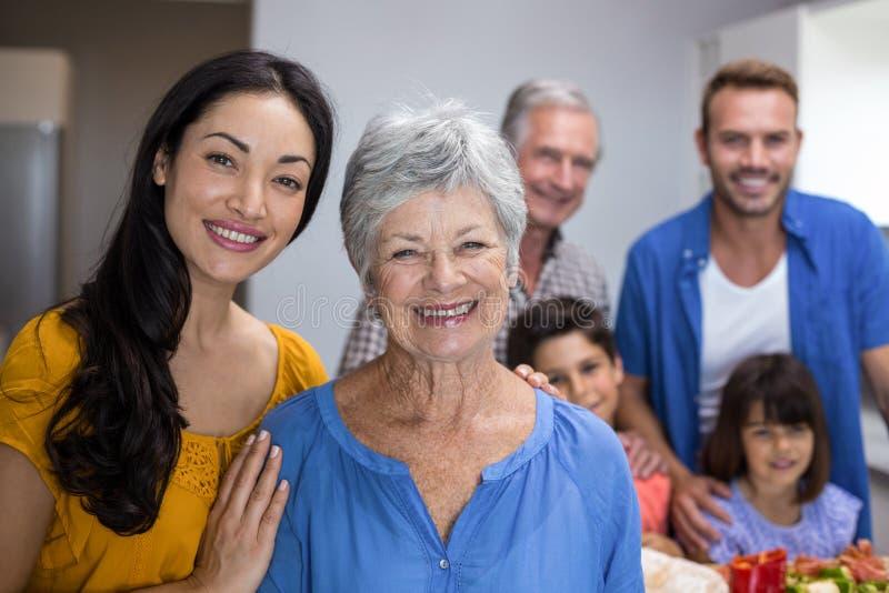 Mulher idosa e jovem mulher que estão na cozinha imagens de stock royalty free