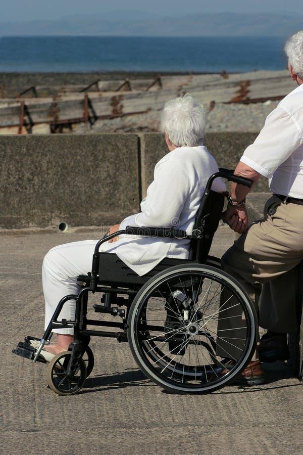 Mulher idosa em uma cadeira de rodas fotografia de stock