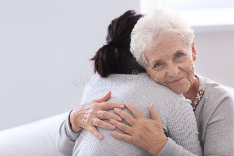 Mulher idosa feliz com sua filha em casa fotografia de stock royalty free