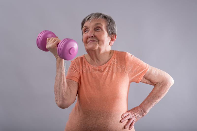 Mulher idosa feliz que faz exercices físicos imagem de stock royalty free