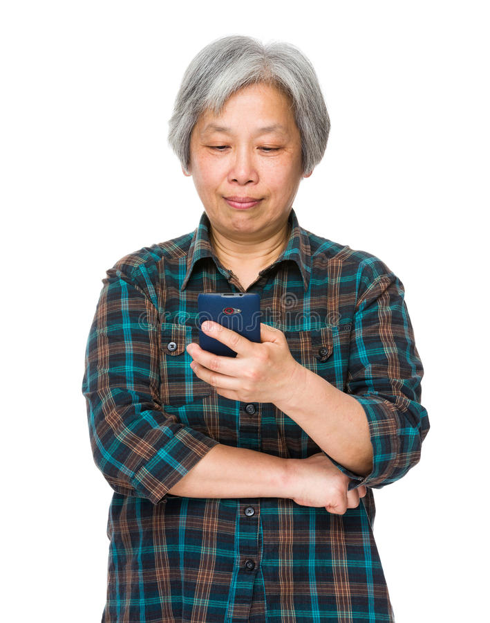 Mulher idosa lida no telefone celular foto de stock