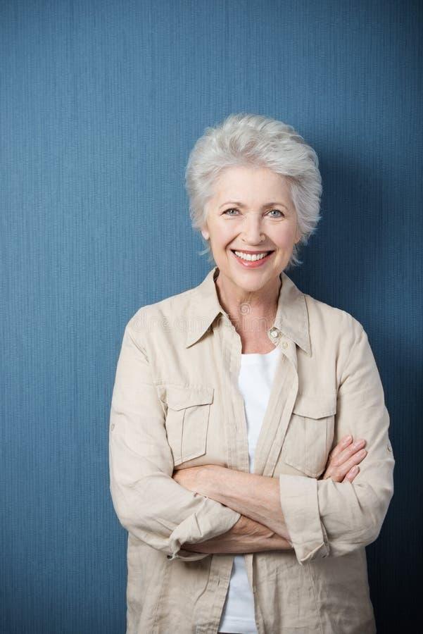 Mulher idosa moderna à moda fotografia de stock